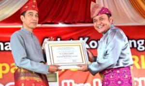 Jokowi Terima Gelar Raja Balak Mangkunegara dari Suku Komering Palembang