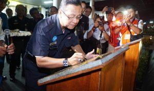 Direktur Utama PT. Kereta Api Indonesia menandatangani Monuman Kereta Api di Stasiun Tugu