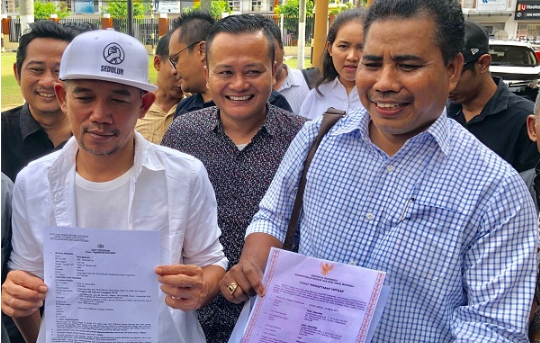 Didampingi Kuasa Hukumnya Marzuki, pencipta sekaligus penyanyi melaporkan pemilik akun @CakKhum ke Polisi