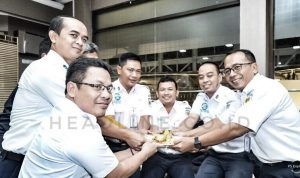 EVP Daop 6 Yogyakarta menyerahkan potongan tumpeng kepada Kepala Stasiun Yogyakarta, Kapusdal dan Ka UPT Daop 6 Yogyakarta