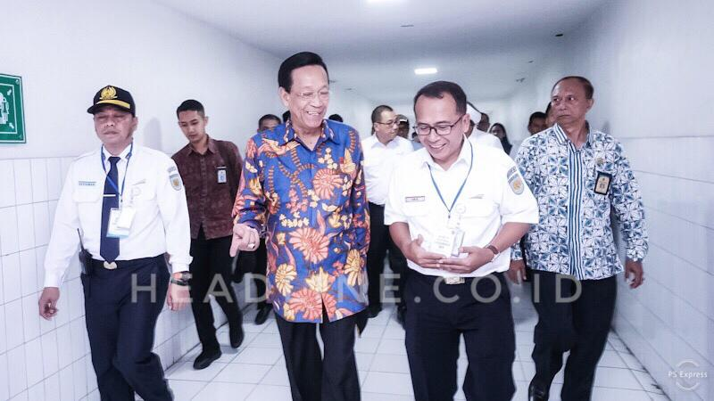 Gubernur DIY Sri Sultan Hamengkubuwono X bersama EVP Daop 6 Yogyakarta saat melakukan pengecekan Stasiun Besar Yogyakarta bersama rombongan kunker Gubernur DIY sesaat sebelum menggunakan Kais.