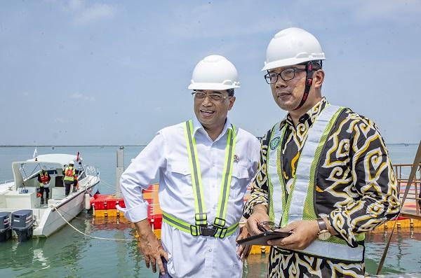 Menteri Perhubungan Budi Karya Sumadi (kiri) didampingi Gubernur Jawa Barat Ridwan Kamil (kanan) saat meninjau area proyek pembangunan Pelabuhan Patimban di Desa Patimban, Subang, Jawa Barat.