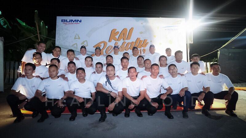Direksi berfoto bersama dengan pegawai PT. KAI (Persero)