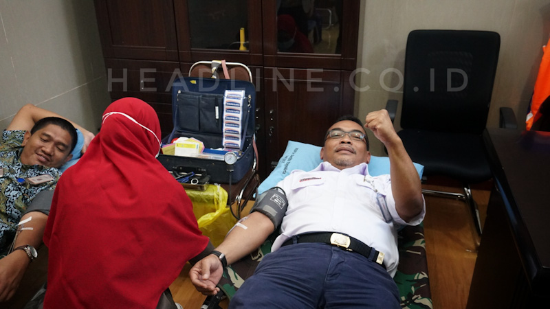Sugiyono Deputy EVP Daop 6 Yogyakartaikut serta melakukan donor darah di Klinik Medika