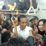 Presiden Jokowi berbincang santai dengan para penumpang KRL. (Foto Istimewa)