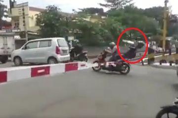 Viral akibat menerobos palang pintu pengendara motor tersangkut palang pintu