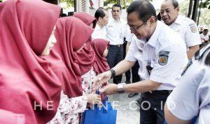 Edi Sukmoro secara simbolis memberikan santunan kepada anak-anak Panti Asuhan Putri Islami Muhammadiyah Giwangan pada saat perayaan Satu Tahun HUT Loko Coffee Malioboro