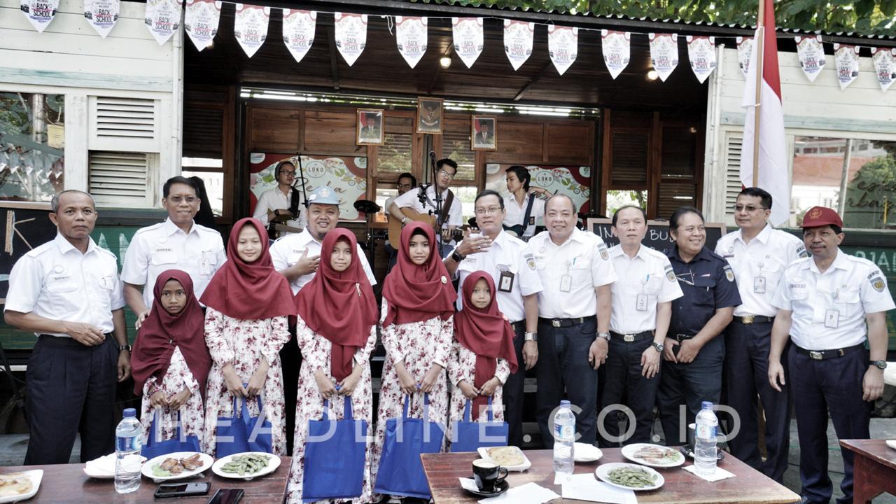 Jajaran Direksi PT KAI (Persero) dan PT Reska Multi Usaha berfoto bersama usai memberikam santunan kepada anak-anak Panti Asuhan Putri Islami Muhammadiyah Giwangan