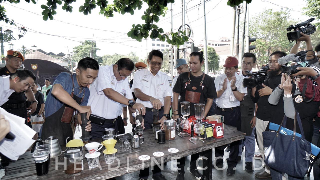Direktur Umum PT KAI (Persero) Edi Sukomoro didampingi Direktur Keuangan Didiek Haryanto melakukan pressing kopi bersama para Barista di Loco Coffee Malioboro