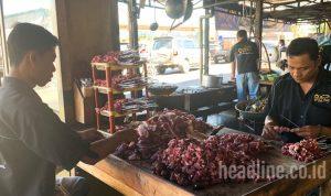 Harga Sate Pak Pong Terbaru. Proses penusukan daging untuk sate Klathak Sate Pak Pong
