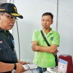 Sugiyono DEVP Daop 6 Yogyakarta mengunjungi stand Bazar UMKM di Stasiun Yogyakarta