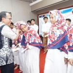 Eko Purwanto selaku Kadaop 6 Yogyakarta memberikan santunan kepada anak yatim dari Panti asuhan Ummu Salama Mantrijeron Yogyakarta