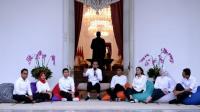 Presiden Joko Widodo memperkenalkan tuju staf khusus dari kalangan milenial di istana negara.