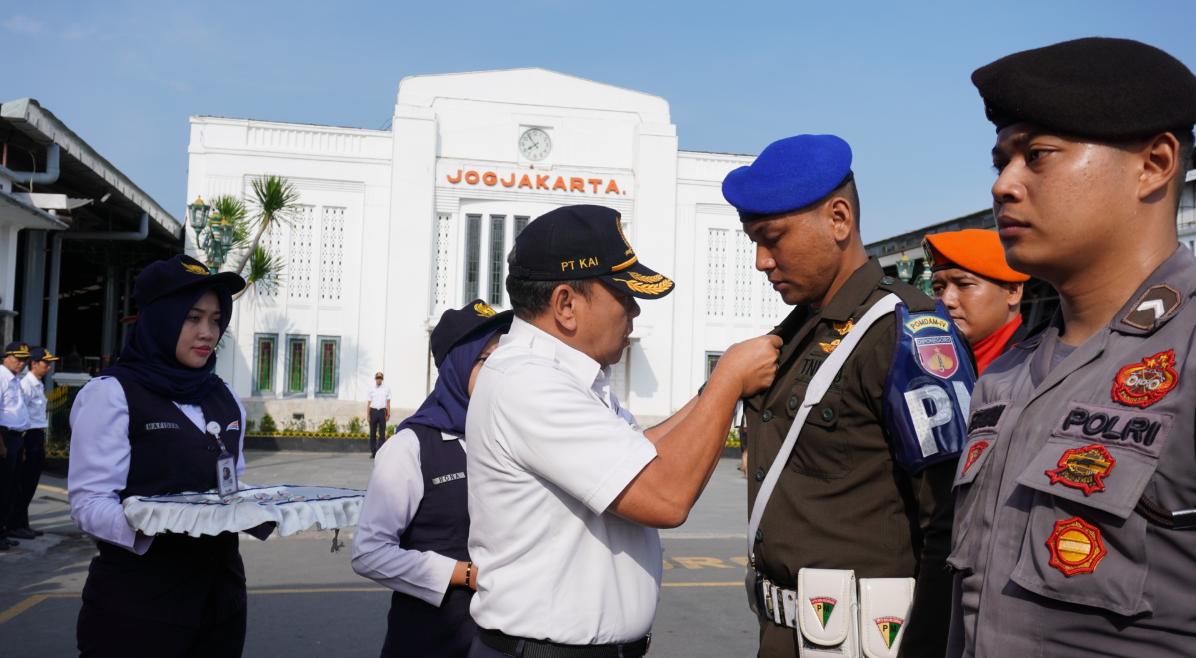 Direktur Operasi PT KAI Apriyono Wedi Chresnanto menyematkan pin angkutan nataru 2019