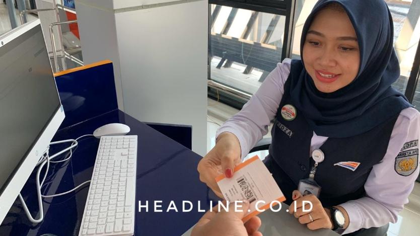 Petugas boarding KA BIAS di Stasiun Solo Balapan melayani penumpang