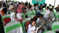 Sejumlah anak-anak binaan YCPAB saat sarapan bersama di Stasiun Cirebon, Jl Inspeksi, Kota Cirebon, Kamis (12/12/2019)