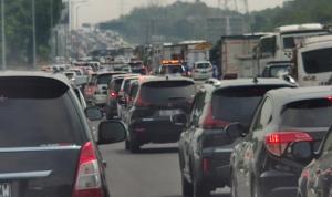Tol Layang Jakarta Cikampek Macet 10 KM