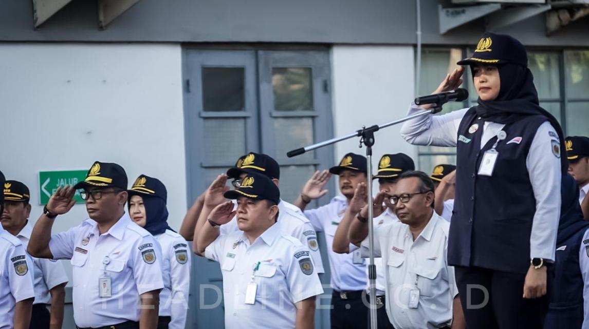Wisny Tri Ariyanti Manager Hukum Daop 6 Yogyakarya bertindak sebagai pemimpin upacara pada upacara bendera dalam rangka memperingati Hari Ibu ke-91 tahun 2019 di Kantor Daop 6 Yogyakarta