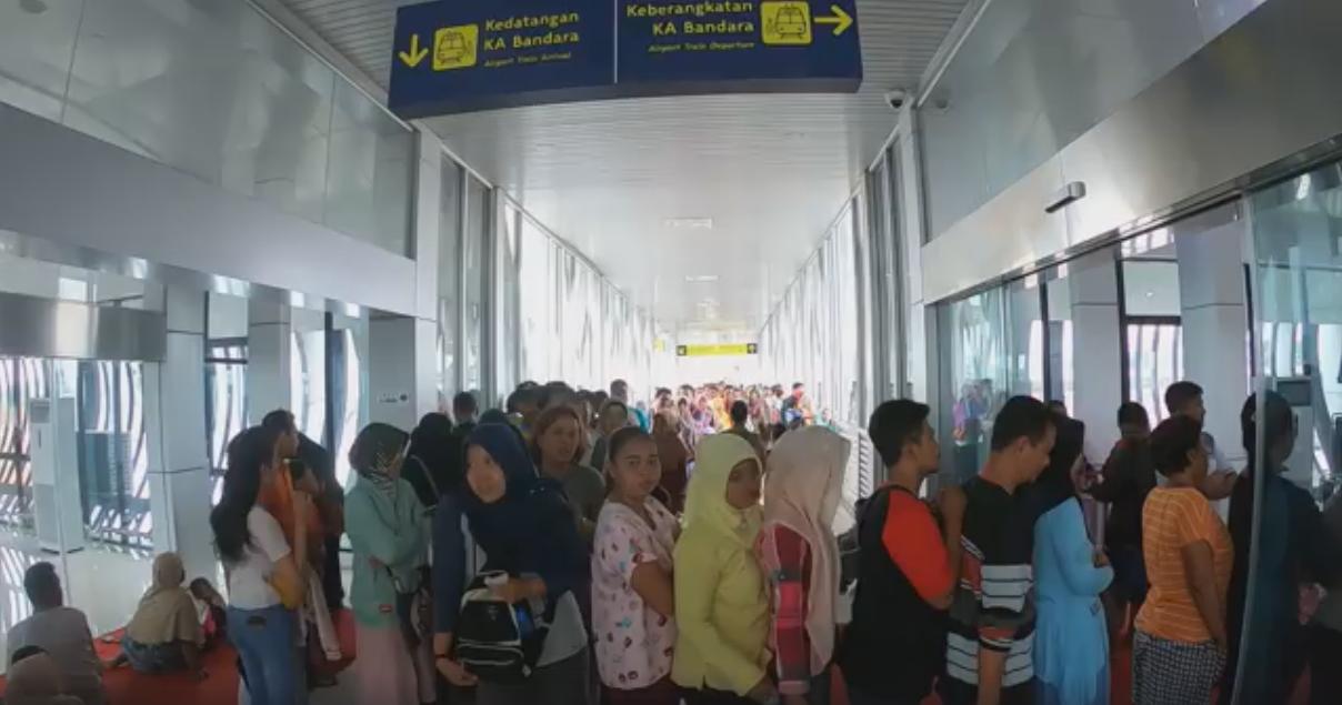 Antrian Pembelian Tiket KA Bandara Internasional Adi Soemarmo Solo