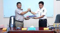 Kepala BPN Lubuklinggau Dr A Bukhori menyerahkan sertifikat tanah kepada Deputy EVP Divre III Waroso di Kantor Divre III Palembang.