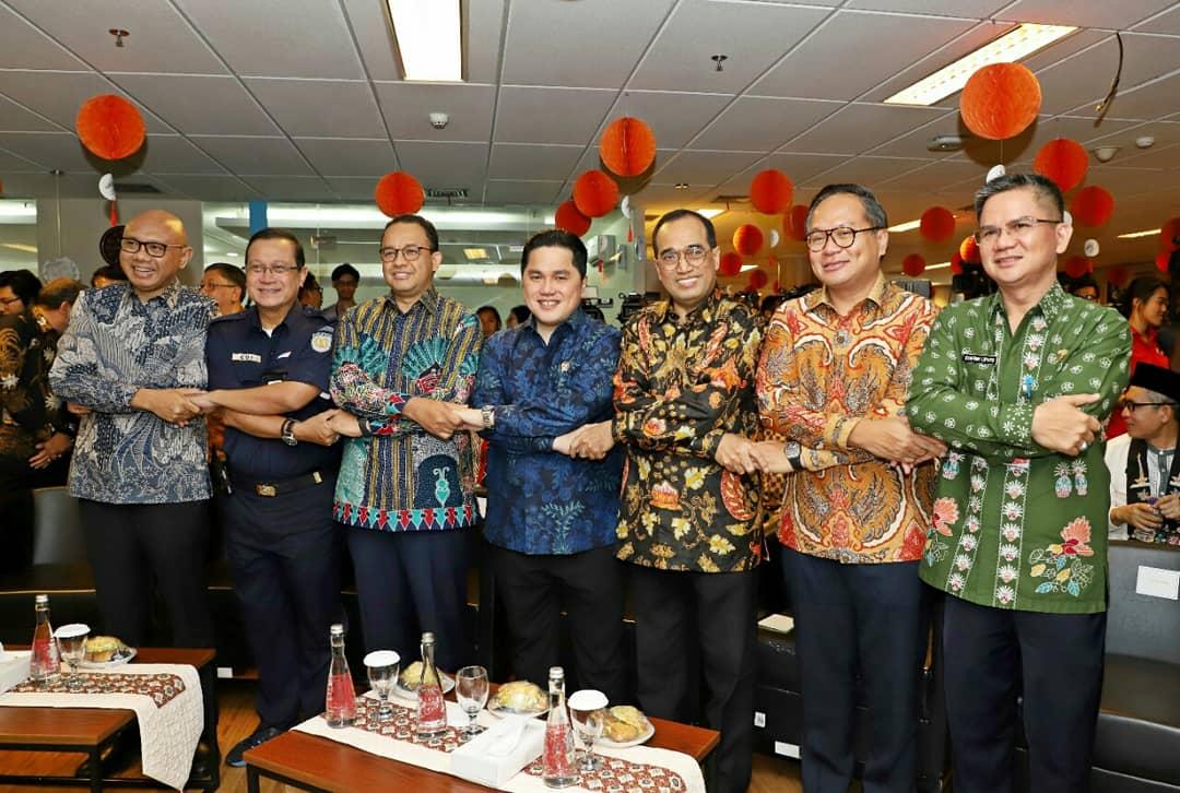 Usai penandatanganan usaha patungan, Menteri BUMN bersama Dirut PT KAI, Dirut PT MRT, Gubernur DKI Jakarta dan Menteri Perhubungan berfoto sambil bergandengan tangan tanda dimulainya Moda Transportasi Terintegrasi di Jakarta