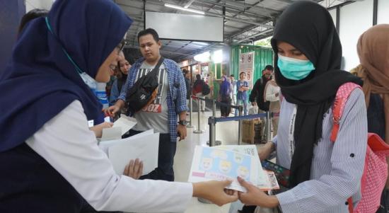 PT KAI Sapa Penumpang Bagikan Masker dan Brosur Hidup Sehat di Stasiun Lempuyangan