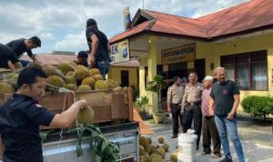 Temuan narkoba ganja yang diselundupkan lewat truk pengangkut durian oleh Satuan Reserse Narkoba Polres Metro Jakarta Barat