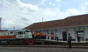 Uji coba Lokomotif PT KAI di jalur Stasiun Cibaru-Garut