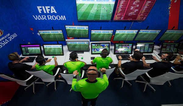 Tim VAR atau video assistant referee yang membantu wasit dalam pertandingan sepakbola.