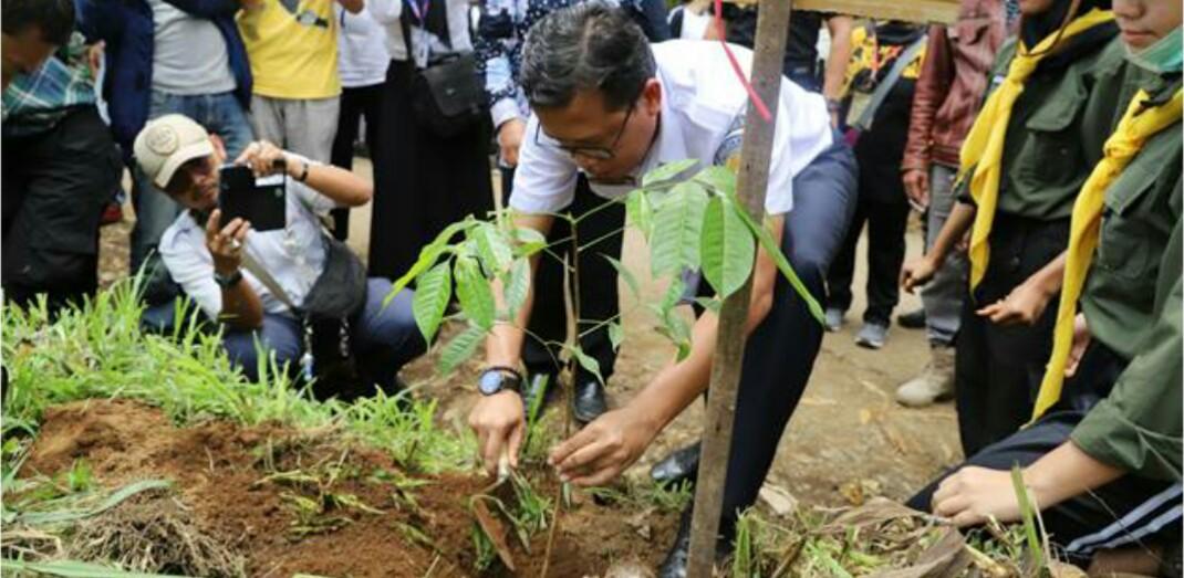 EVP Daop 2 Bandung Fredi Firmansyah menanam bibit pohon pertama di Km 0 Sungai Citarum.