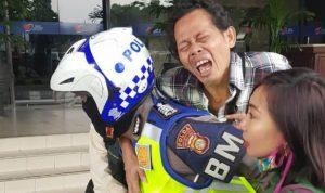 Aksi Heroik Bripka Sigit Prabowo menggendong Pria yang terkena serangan jantung mendapat apresiasi masyarakat.