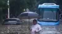 Bus Transjakarta membelah banjir di Jalan Kemang Raya, Jakarta Selatan. (Foto: Antara)