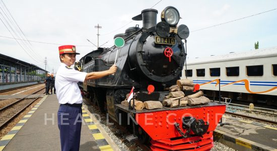Kepala Stasiun Lempuyangan melepas jalannya Lokomotif Uap D1410 menuju Stasiun Purwosari, Solo, Jawa Tengah. (Foto: Tomo)