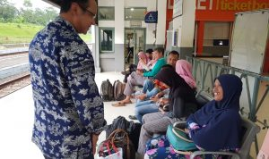 Direktur Utama PT KAI Edi Sukmoro menyapa penumpang di Stasiun Bumi Ayu, Brebes, Jawa Tengah.