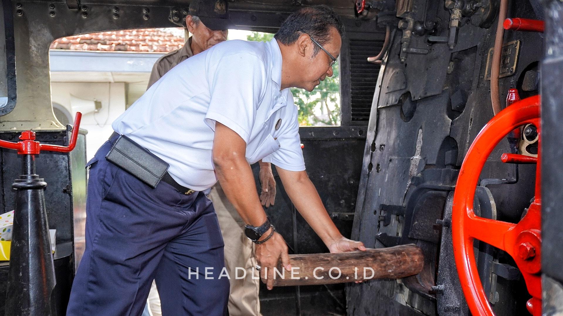 Direktur Utama PT KAI Memasukan Kayu Jati Sebagai Bahan Bakar Lokomotif D1410