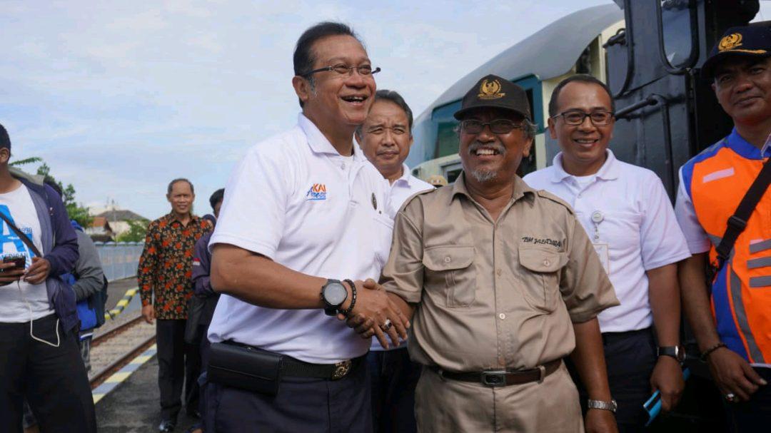 Direktur Utama PT KAI (Persero) Edi Sukmoro merangkul dan bersalaman dengan Suharyanto Salah satu pensiunan pegawai PT KAI yang tetap mengabdi pada perusahaan plat merah tersebut dan ikut serta menjadi bagian dari Restorasi Lokomotif uap D1410.