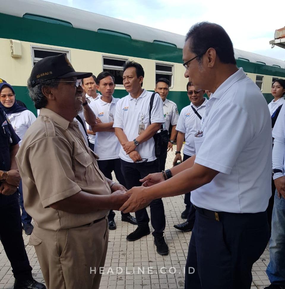 Direktur Utama PT KAI Memberikan Apresiasi Kepada Masinis dan Crew Lokomotif D1410