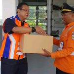 Dirut PT KAI Edi Sukmoro Memberikan bingkisan kepada Petugas Jaga Perlintasan.