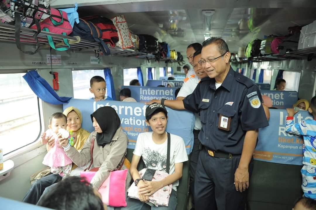 Dirut PT KAI (Persero) Edi Sukmoro menyapa Pelanggan diatas kereta hal ini dalam rangka meningkatan pelayanan dilingkungan PT KAI.