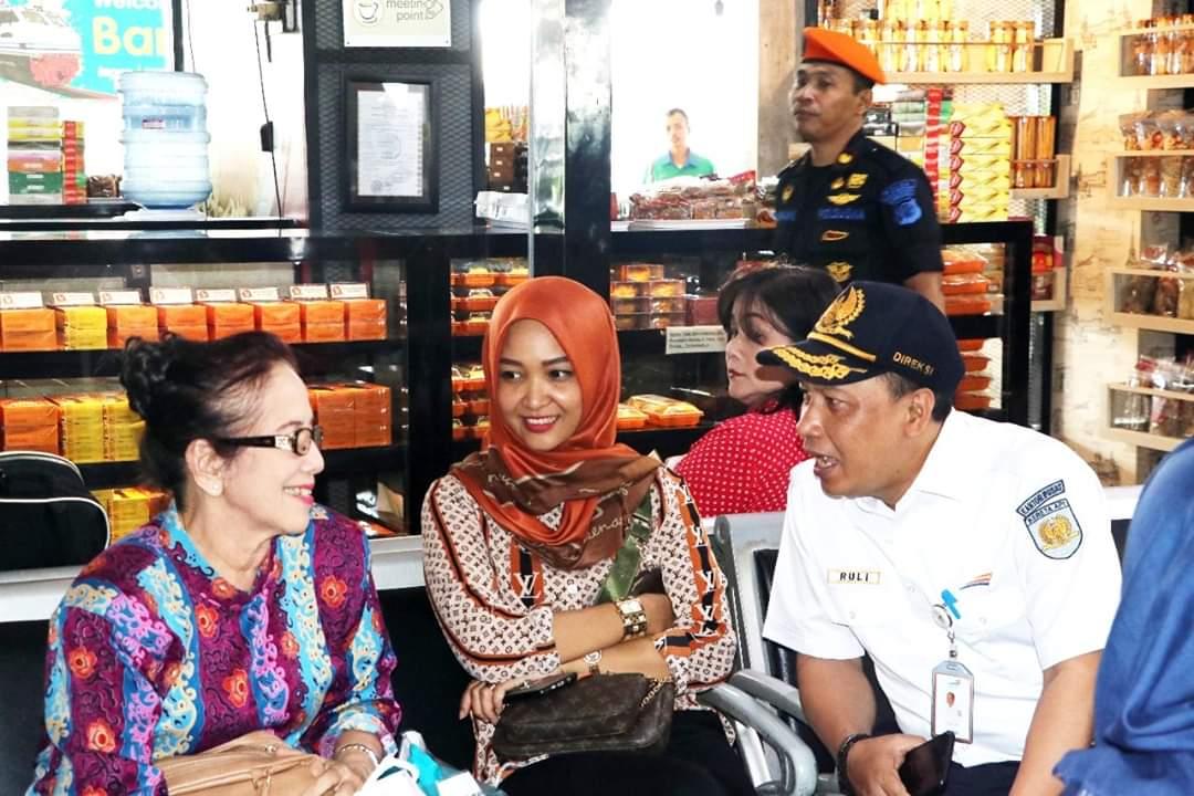 Direktur SDM PT KAI (Persero) Ruli Adi sedang menyapa penumpang KA di Stasiun Bandung.