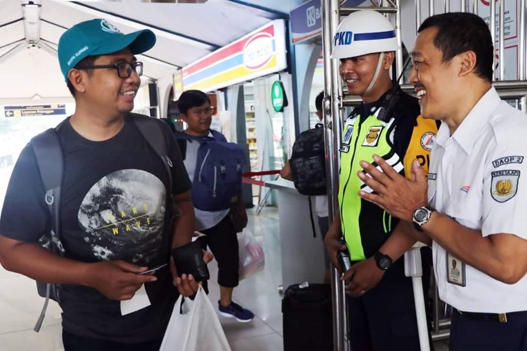 Pegawai KAI diwajibkan untuk Senyum, Salam dan Sapa dilingkungan stasiun maupun diatas kereta.