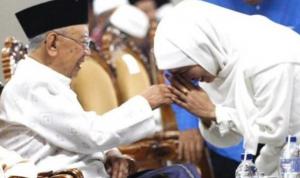 Gubernur Jatim Khofifah Indar Parawansa (kanan) saat bertemu KH Sholahudin Wahid (Gus Sholah) semasa hidupnya beberapa waktu lalu