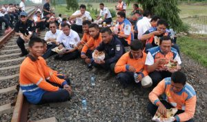 Bersama para Pegawai dilingkungan PT KAI (Persero), Edi Sukmoro makan bersama dipinggir rel saat melakukan cek lintas di Cirebon.