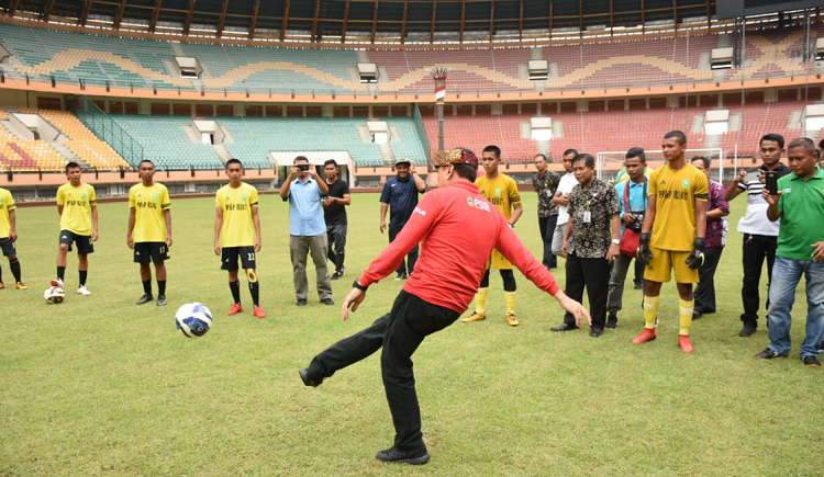 Iwan Bule Ketua PSSI Meninjau Langsung Stadiun Utama Riau