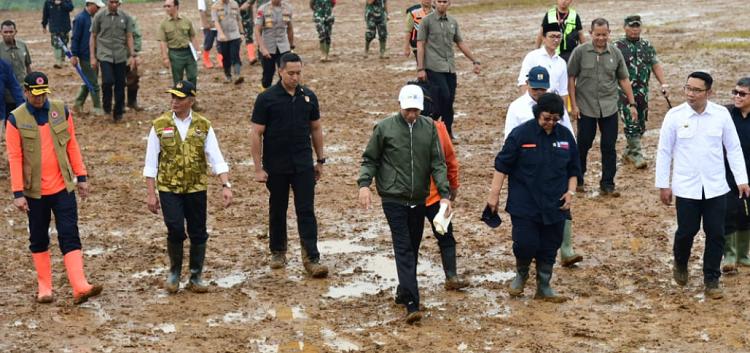 Jokowi Bersama Rombongan kunjugi bencana di Kecamatan Sukajaya, Kabupaten Bogor