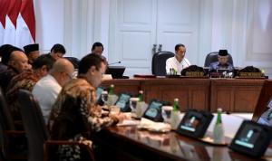 Jokowi dan Ma'ruf Amin Saat rapat terbatas Akselerasi Peningkatan Peringkat Kemudahan Berusaha di Istana Kepresidenan