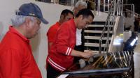 Jokowi menandatangani prasasti tanda peresmian Stadion Manahan Solo