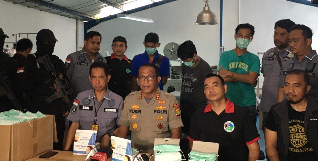 Kabid Humas Polda Metro beserta jajarannya menjelaskan kronologi pengungkapan kasus pembuatan masker ilegal di salah satu gudang kawasan Cakung, Jakarta Utara.
