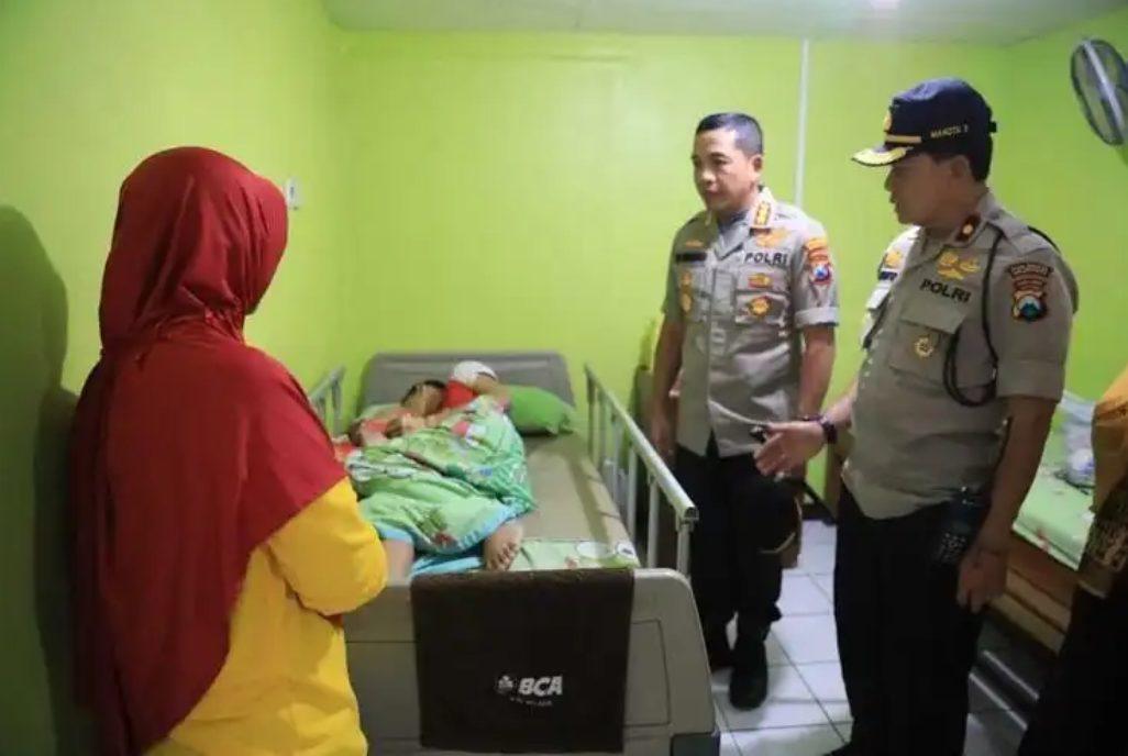 Kapolresta Malang menjenguk MS Korban Perudungam Temannya di SMPN 16 Malang di RSU Lavallette Malang.