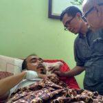 Ketua IJTI Aceh Munir Noer dan Kabid Advokasi AJI Banda Aceh Juli Amin membesuk Teuku Dedi Iskandar, wartawan Antara Biro Aceh saat dirawat di RSUD Cut Nyak Dhien Meulaboh.